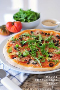 Knusprige Pizza Puttanesca vegan